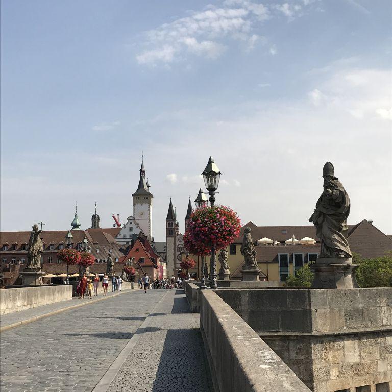 Angebrachte Flower Baskets auf der alten Mainbrücke in Würzburg