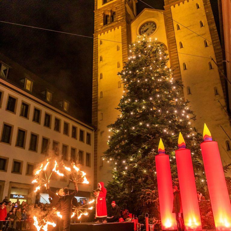Feuershow vor dem Dom in Würzburg beim Lichterglanz