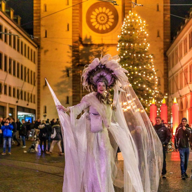 Stelzenläuferin beim Lichterglanz in Würzburg