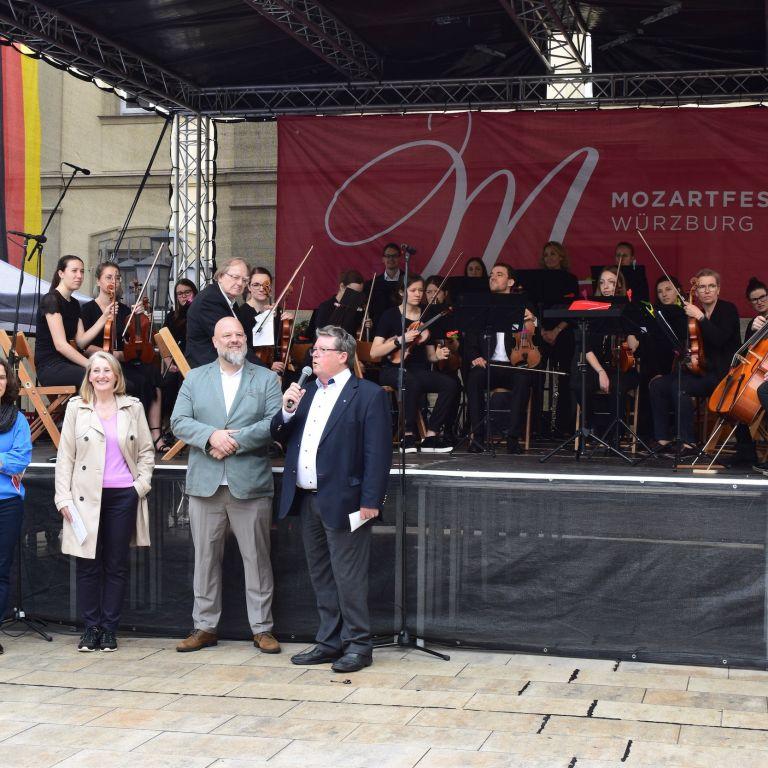 Orchester auf Bühne beim Mozartfest in Würzburg 2019