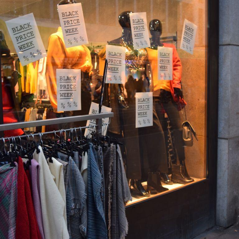 Angebote im Schaufenster beim Offline Black Friday in Würzburg