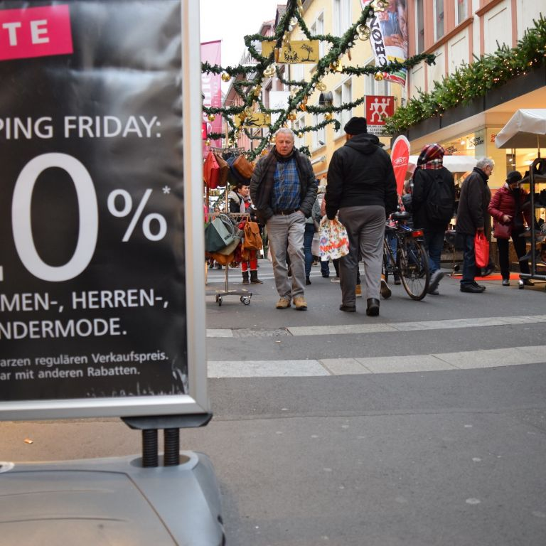 Rabattaufsteller am Super Shopping Friday in Würzburg