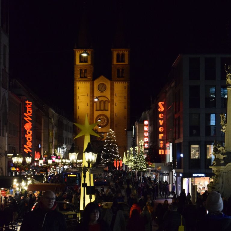 Blick auf den Dom und die beleuchtete Domstraße in Würzburg