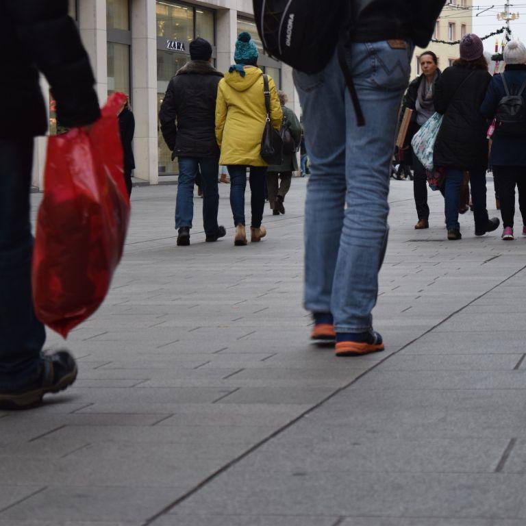 Passanten am Super Shopping Friday in Würzburg