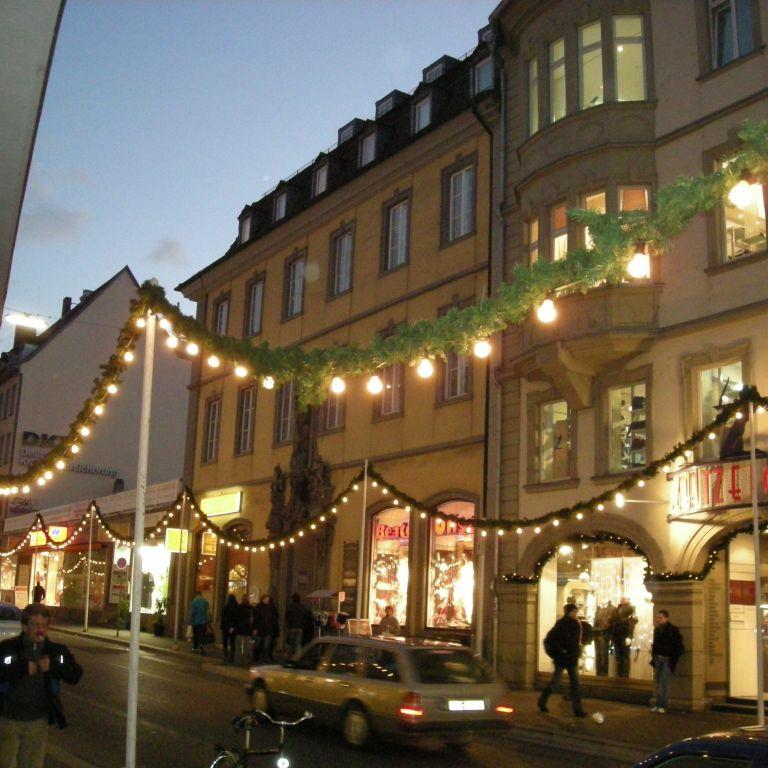 Festlich geschmückte Theaterstraße