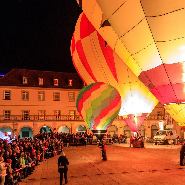 Ballonglühen beim Lichterglanz im Rathausinnenhof in Würzburg